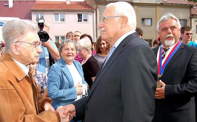 Dlouhé loučení. Zatímco dotazů z publika na prezidenta moc nebylo, o to náročnější byl pro Václava Klause přesun k autu. Lidé s ním najednou chtěli diskutovat, jenže časový plán byl neúprosný.