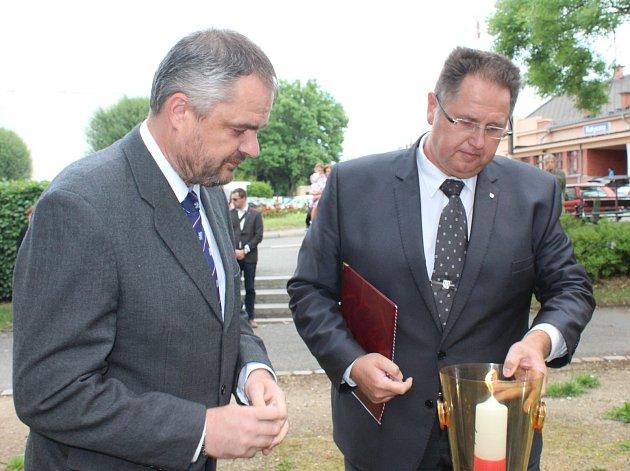 Zapálením svíčky uctili Miroslav Kaufner a Tomáš Rada památku tří padlých legionářů z Rokycan. Obdobný pietní akt uspořádali také Bušovičtí.
