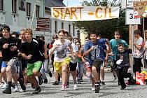 Sportem proti kouření se rozhodli bojovat školáci ze ZŠ ulice Míru.  Rokycanské náměstí se stalo  improvizovanou běžeckou dráhu protestního běhu proti používání škodlivých tabákových výrobků.