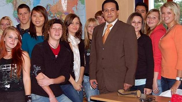 Velvyslanec  Bolívarské republiky Venezuela  Victor Julián Hernandez. L. si získal studenty Střední odborné školy v Rokycanech.