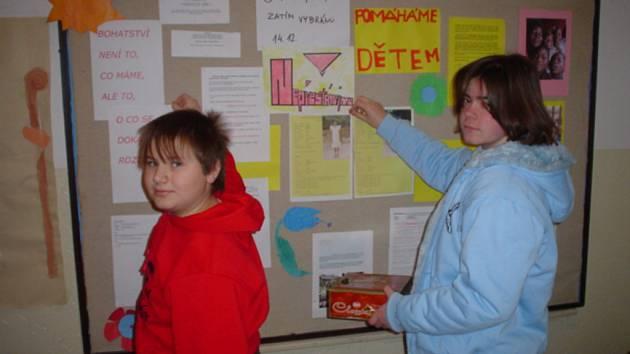 Zvláště sedmáci z hrádecké základní školy se pustili do organizace projektu Adopce na dálku.