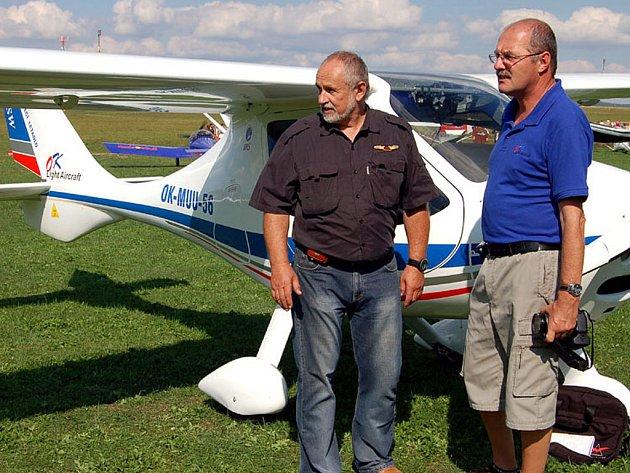 Šéf zdejšího klubu Ivan Veselý (vlevo) mohl být spokojen. Nechal si předvést  německý stroj CTSW, s nímž ho seznámil šéf firmy.