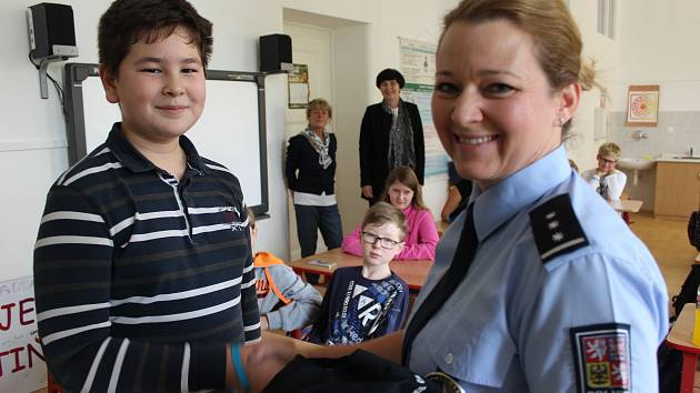 MIRO OPATRNÝ ze sedmé třídy rokycanské školy TGM byl překvapený návštěvou policejní mluvčí Hany Kroftové. Překlad z čínštiny považoval při vyšetřování nehody u Volduch za samozřejmost.