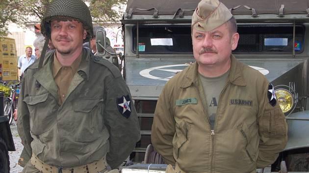 UNIFORMY RUSKÉ A AMERICKÉ armády byly včera odpoledne k vidění při oslavách osvobození v centru Rokycan.