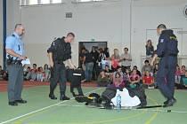 POLICISTÉ ukázali ve škole něco ze svého povolání včetně ukázek ze cvičení bojových umění, které jsou podle nich mimořádně účinné. Tedy pokud se to umí.