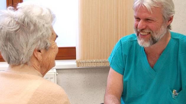 V rokycanském Chirosu měli v sobotu plné ruce práce. Pacientům se zde věnoval lékař Karel Východský.