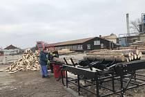 Pro pilu pod Kotlem kvůli kůrovcové kalamitě a zároveň na základě rychle se množících požadavků občanů Lesy města Rokycan obstaraly novou štípací linku.