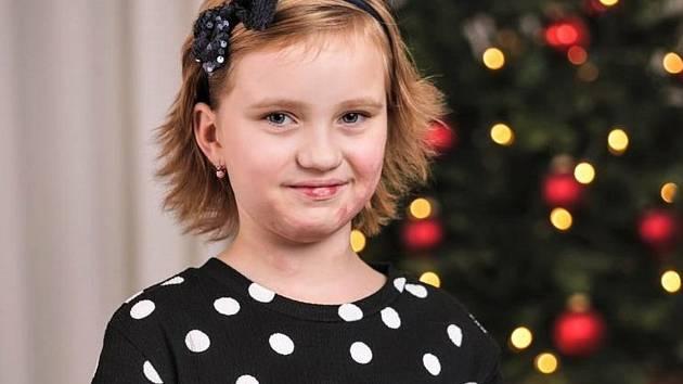 Statečná Natálka našla pod stromečkem množství dárků.