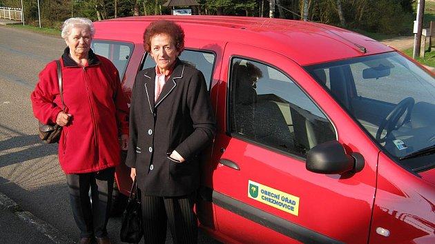 První zahřívací jízdu už mají za sebou Anna Moulisová a Marie Minaříková.