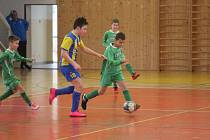 Fotbaloví Kohouti do 11 let (v pruhovaném) se v nedělní základní skupině potkali i s Diossem Nýřany.