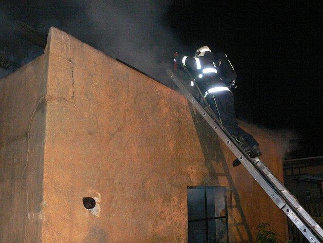 V úterý ráno zasahovali doborovlní i profesionální hasiči při požáru domácí dílny v Cekově.