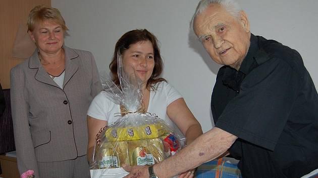 K devadesátinám Stanislavu Gabrielovi gratulovaly i pracovnice odboru kultury rokycanského úřadu. Na snímku (vlevo) Iva Bradová a (uprostřed) Vladimíra Vídršperková.