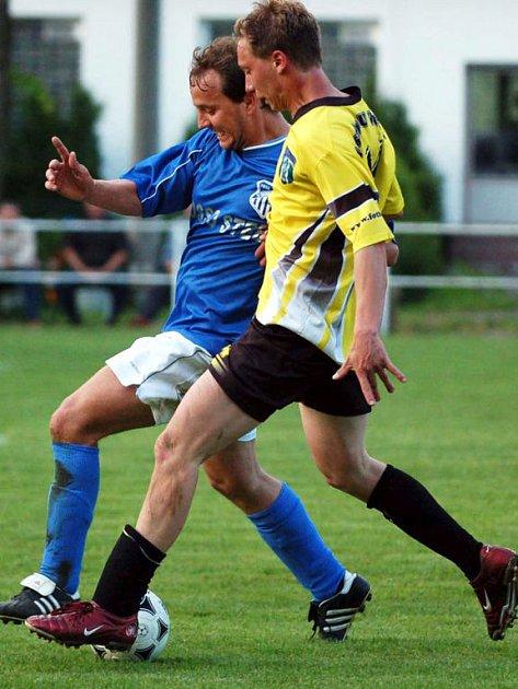 Fotbalisté Čechie Příkosice porazili o víkendu na domácím pažitu protivníka ze Spáleného Poříčí 4:2. Na snímku je v tmavém triku autor třetí branky Martin Kravařík.