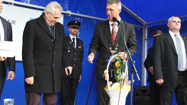 Prezident dekoroval obec Břasy prezidentskou stuhou.