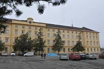 V AREÁLU školy v Jeřabinové ulici v Rokycanech vznikne příští rok paleontologické centrum. Muzeum Dr. B. Horáka se kvůli tomu muselo sloučit se Západočeským muzeem v Plzni.