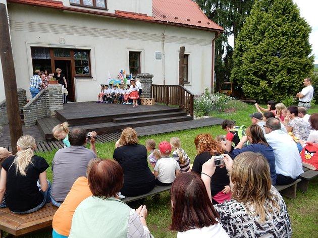 Mateřinka v Dobřívě se pyšní novou zahradou.