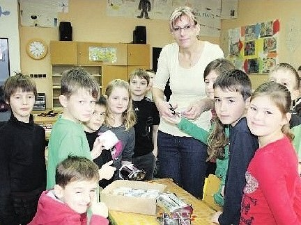 PŘI VÝTVARNÉ VÝCHOVĚ kluci a děvčátka v ejpovické malotřídce pracují s rozmanitými materiály. V době naší návštěvy se pod vedením učitelky Lenky Brožové s elánem pustili i do výroby šperků z FIMA.