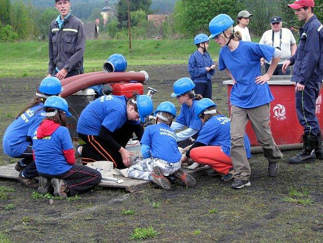 Celkovým vítězem za podzimní i jarní kolo požární soutěže žáků, nazvané Plamen, se nakonec v sobotu ve Strašicích velmi těsně stal tým Volduch (na snímku) před Zbirohem.