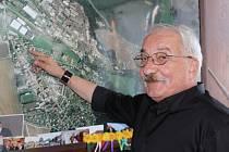 JAROSLAV PERLÍK absolvoval včera dopoledne kontrolní den, týkající se závěru rekonstrukce Dlouhé ulice. Což je investice za jedenáct milionů a páteřní komunikaci prezentoval na mapě.