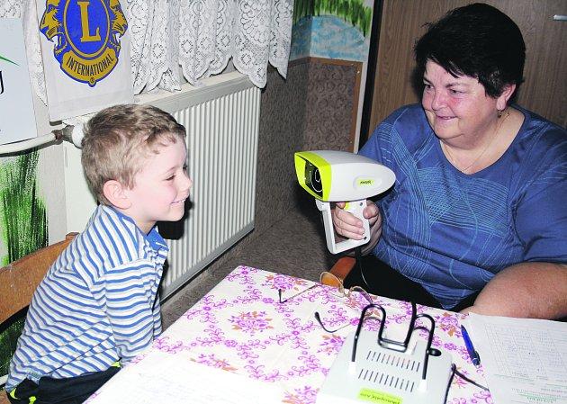 Obličejík ve snímací kameře, jejímž prostřednictvím členové Lion´s clubu Rokycany prováděli screening očí dětí v mateřské škole, malého Kristiána Maase pobavil. Na snímku je spolu s ním při akci v MŠ Pohádka Blanka Rozumová.