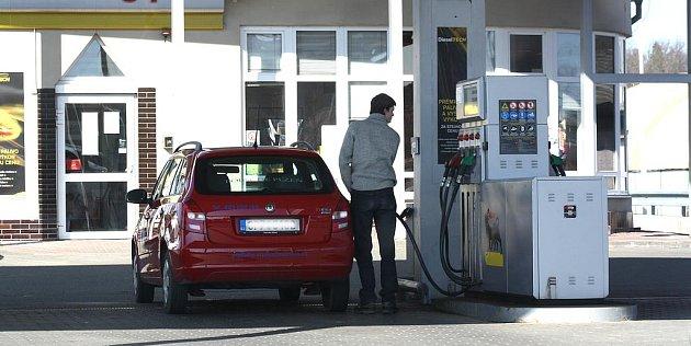Ceny pohonných hmot v regionálních čerpacích stanicích stále stoupají. Situace je nepříznivá jak pro řidiče, tak pro samotné prodejce. Obě strany doufají, že nárůst dlouho nepotrvá.