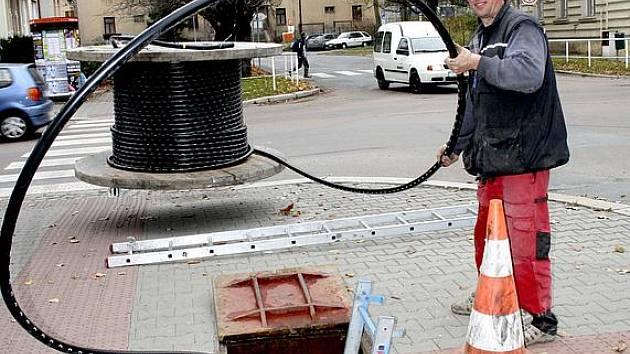 Stovky metrů speciálního kabelu měnili minulý týden v Rokycanech kvůli lepšímu provozu internetu zaměstnanci plzeňské firmy.