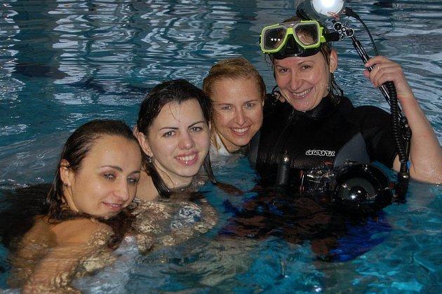 Alena Voráčková (vpravo) triumfovala na republikovém šampionátu ve focení pod vodou.  Přispěly k tomu modelky Lucie Bártová, Táňa Typltová i Lucie Houdková.