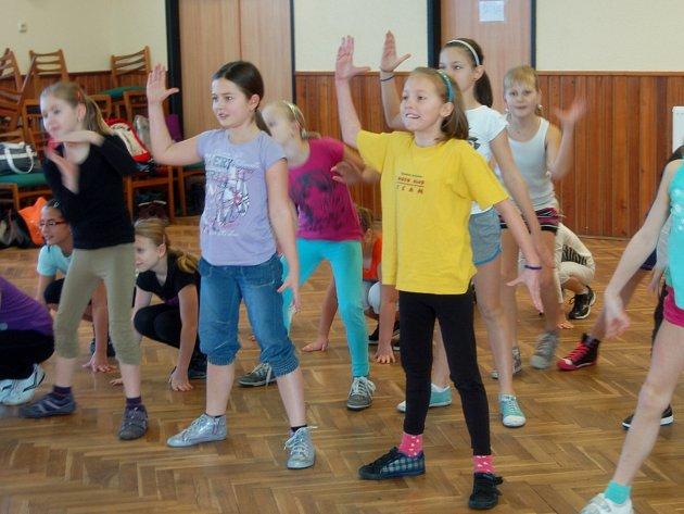 ČLENKY rokycanského Disco klub teamu manželů Vlčkových strávily volné dny na parketu v rakovském kulturním domě. Nacvičovaly tu předtančení, s nímž vyrazí už v sobotu do Kralovic.