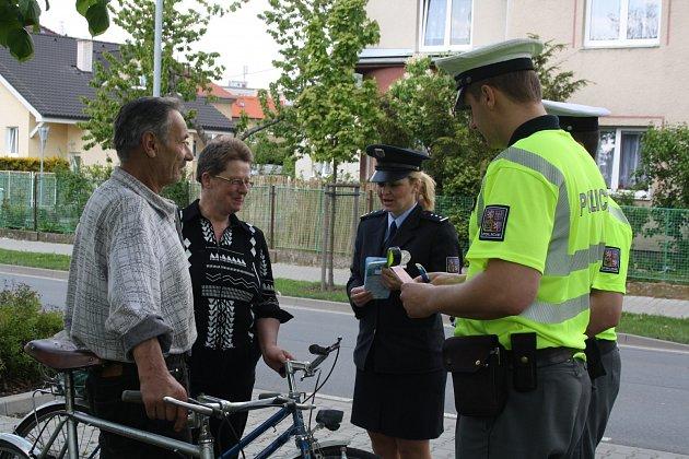 DOPRAVNĚ BEZPEČNOSTÍ akce byla na začátku týdne tentokrát zaměřená na cyklisty. Policisté společně s tiskovou mluvčí PČR Hanou Kroftovou (uprostřed) dávali užitečné rady. Kolaři se také podrobili dechové zkoušce na přítomnost alkoholu v krvi.