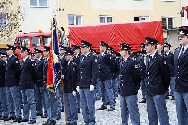 Devětatřicet nováčků ze Zbirožské záchranné roty společně s třinácti nováčky ze Záchranného sboru Plzeňského kraje skládají svůj slavnostní slib.