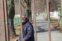 Kabina malých fotbalistů je přeměněna na azyl nakaženého bezdomovce.