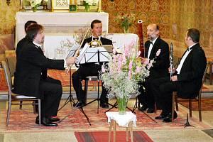 Stylově začalo Drahňácké léto v obci u Zbiroha. Kvintet Anonína Rejchy se představil v kostele svatého Jakuba v Drahoňově Újezdě a nadchl publikum.