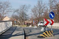 Pokud plány silničářů nezhatí sníh, měl by být most v rokycanské Soukenické ulici opraven ještě do konce března.