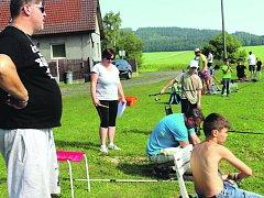 Břeh rybníku Dražák na okraji Veselé obsadily při třetím ročníku závodů děti. Dospělí poradili a měřili úlovky.