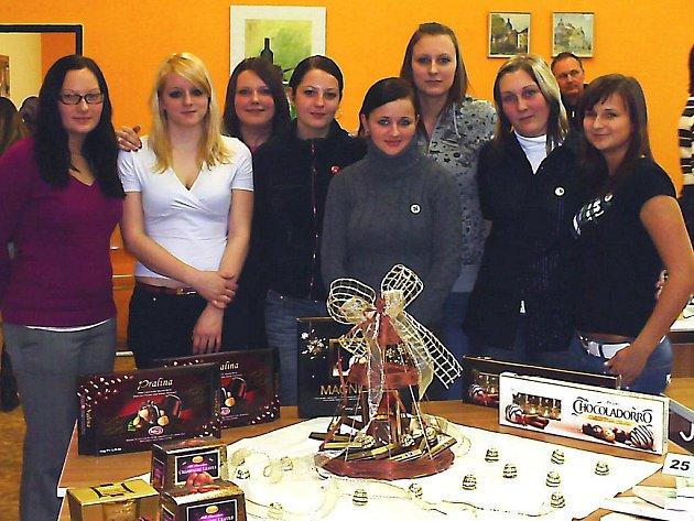 Do Plzně na regionální soutěž v aranžování a balení předmětů vyrazilo osm děvčat ze Střední školy v rokycanské Jeřabinové ulici. Vrátily se triumfálně. Blanka Jelínková (třetí zprava)  a Nicole Marešová zvítězily, Kateřina Drobičková obsadila třetí místo.