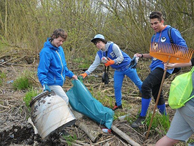 Žáci základních škol pomáhali přírodě v okolí Klabavské nádrže.