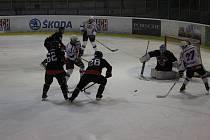 Hokejisté HC Rokycany (v bílých dresech) zdolali  v sobotu večer Rebely z Nejdku 9:6 a brankář hostů byl při častém oslabení v ohni střel. Tuto sobotu cestují Rokycany do Klatov, které překvapivě vyhrály v Domažlicích.