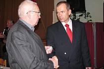 Na snímku se střídají dva starostové. Nový – Vladimír Šmolík (vpravo) – s dosavadním ,  Janem Balounem.