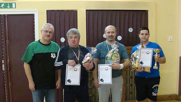 Druhý zleva je celkově třetí Jaroslav Šilhavý, vedle něho stříbrný Martin Egermajer a úplně vpravo vítěz Petr Dvořák.