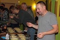 Gurmánská soutěž o nejchutnější bramborový salát.