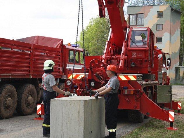 Při cvičení v Brdech používali záchranáři ze Zbiroha těžkou techniku. Na snímku právě nakládají pomocí vyprošťovacího automobilu Tatra 815 AV patnáctý betonový díl.