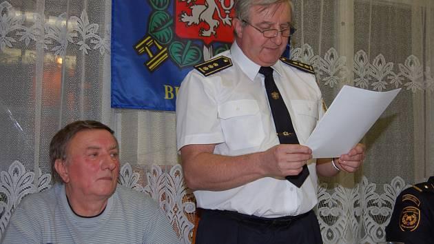 STAROSTA SDH BUŠOVICE Karel Dlouhý (stojící) zhodnotil akce za loňský rok. Vlevo je Jiří Sádlo, který valnou hromadu vedl a vpravo zástupce HZS Rokycany Tomáš Junek.