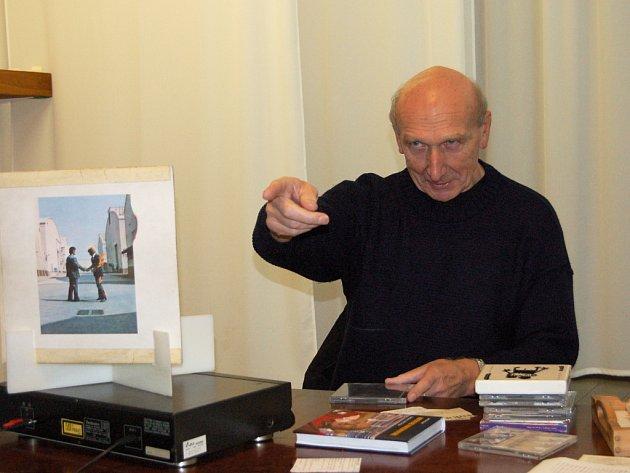 Bývalý sportovní reportér Jiří Černý, známý spíše jako hudební kritik a autor šesti knih, si povídal se studenty z Rokycan.