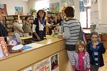 ROKYCANSKÁ knihovna se připojila k Týdnu knihoven. Jedna akce stíhá druhou. Patřil k nim i Den otevřených dveří, kdy ředitelka Jana Aubrechtová s kolegyněmi detailně informovala o  zařízení a činnosti. Zájemci prošli celým zázemím a samozřejmě odděleními,