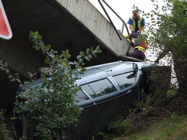 Nehoda osobního automobilu na mostu na dálnici D5 u Rokycan