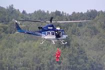 Policejní vrtulník nacvičoval s hasiči záchranu lidí na vodě.