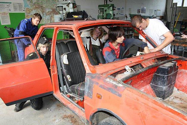 Pro partu začínajících automechaniků ze Střední školy Rokycany, Jeřabinová ulice, není problémem  rozebrat vozidlo do částeček. Na snímku se činí Alexandr Šmíd, Lukáš Rídl,  David Sponer, Tomáš Vild a Zuzana Wohlmuthová (uprostřed).
