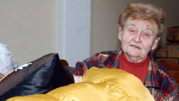 V sobotu vyvrcholila jarní charitativní akce rokycanských evangelíků. Milena Hrabáková (na snímku) tu s dalšími dobrovolníky převzala desítky krabic s ošacením, obuví, pokrývkami, hračkami, atd.