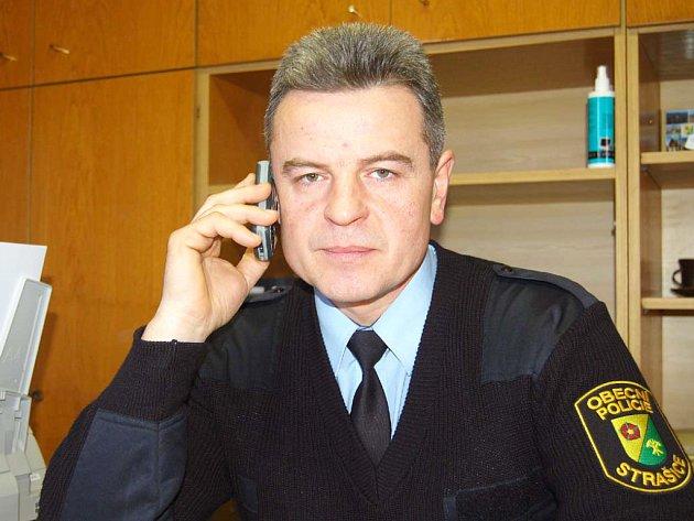Ve Strašicích funguje tříčlenná obecní policie. Velitelem se stal Luboš Frajt (na snímku).