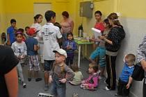 PLNÁ CHODBA KLUKŮ A HOLEK, rodičů i kamarádů. Tak vypadalo loučení osmi dětí s předškolním klubem v Rokycanech.